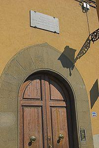 لوح یادبود داستایفسکی بر در خانهای در فلورانس که در آن نوشته شده: داستایفسکی ابله را اینجا نوشت